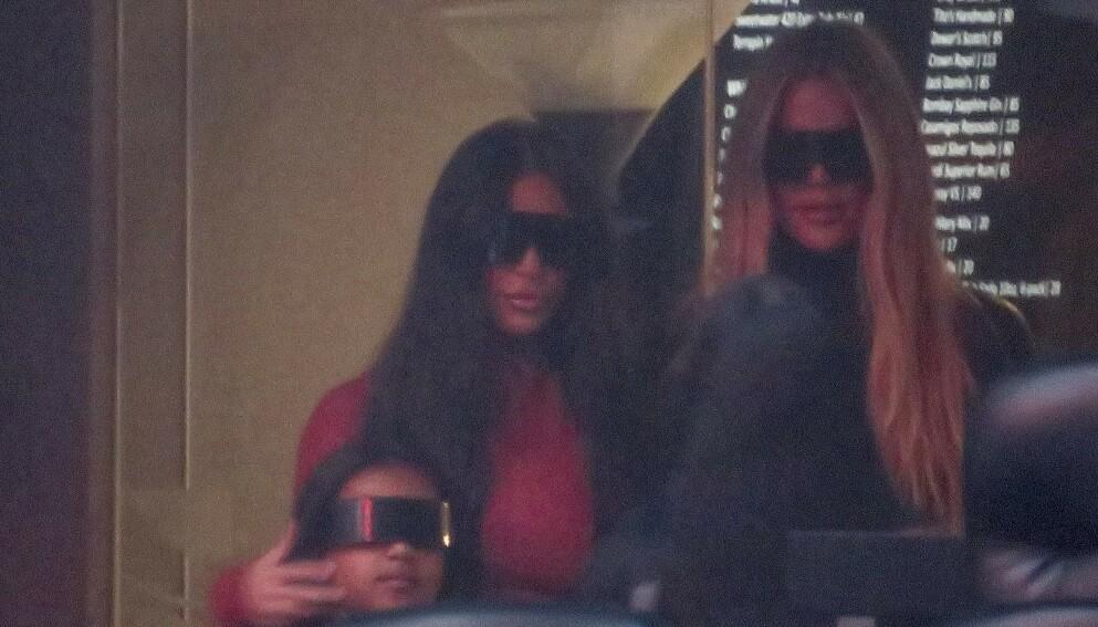 OVERRASKET: Kim og Khloé Kardashian dukket opp for å støtte Kanye West, sammen med datteren North West. Foto: LYNX / Backgrid USA / NTB