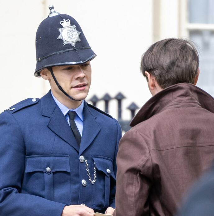PÅ INNSPILLING: Her er Harry Styles avbildet under innspillingen av «My Policeman». Foto: Splash News / NTB