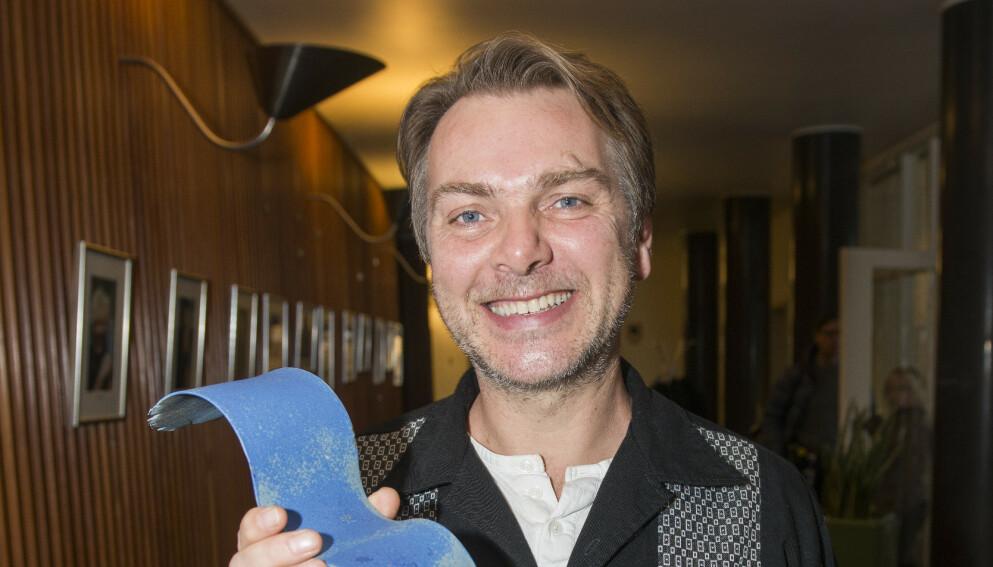 GÅTT BORT: Mathias Calmeyer gikk bort 23. juli, 57 år gammel. Her mottar han Radioteatrets Blå Fugl-pris i 2014. Foto: Fredrik Varfjell / NTB