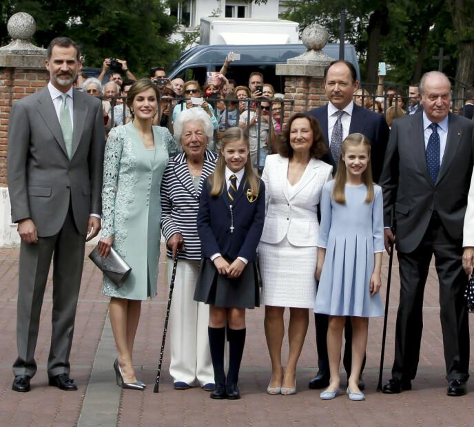 KONGEFAMILIEN: Menchu Álvarez del Valle sammen med den spanske kongefamilien. Foto: Zuma Press / Europa press / NTB