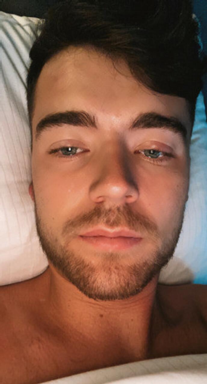DÅRLIG: 25-åringen må nå være på isolasjonshotell fram til han ikke lenger er smittsom. Foto: Privat
