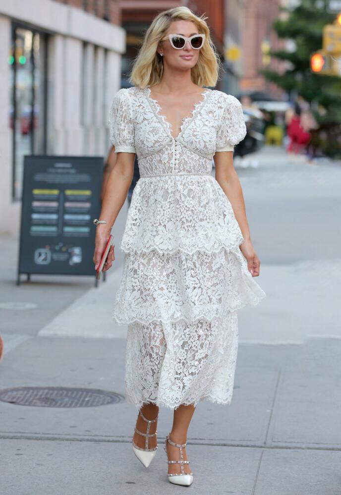 STILSIKKER: I dag beskriver Paris Hilton klesstilen sin som elegant. Foto: Christopher Peterson / SplashNews/NTB