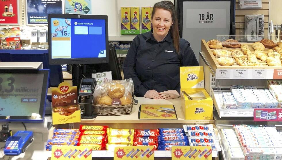 STOLT KJØPMANN: June-Maria Ruud elsker jobben sin som kjøpmann i egen Narvesen-butikk i Skien. Foto: Privat