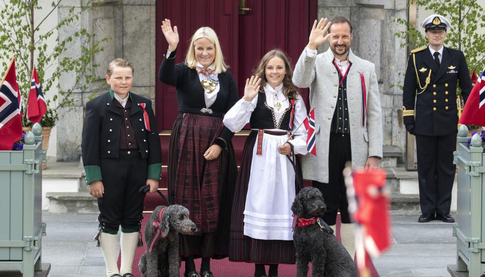 PÅ NASJONALDAGEN: Kronprinsparets hunder har som regel vært å se på trappa på Skaugum på 17. mai. Foto: Andreas Fadum / Se og Hør