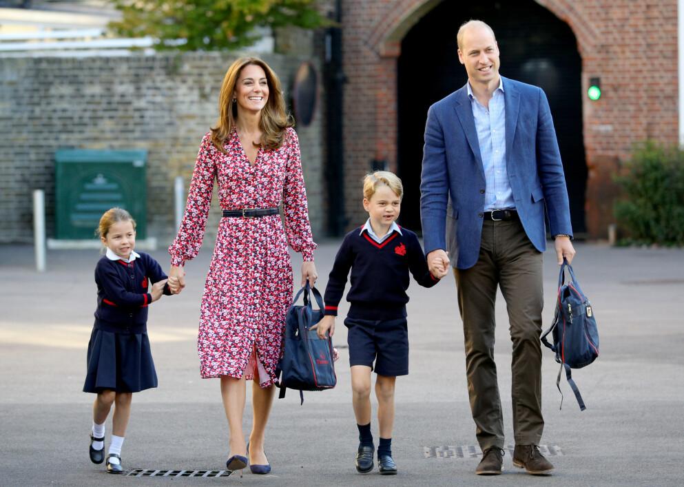 SKOLEALDER: Kate og William vurderer angivelig å sende prins George på kostskole. Her følger de prinsesse Charlotte på hennes første skoledag i 2019. Foto: Splash News / Admedia / NTB
