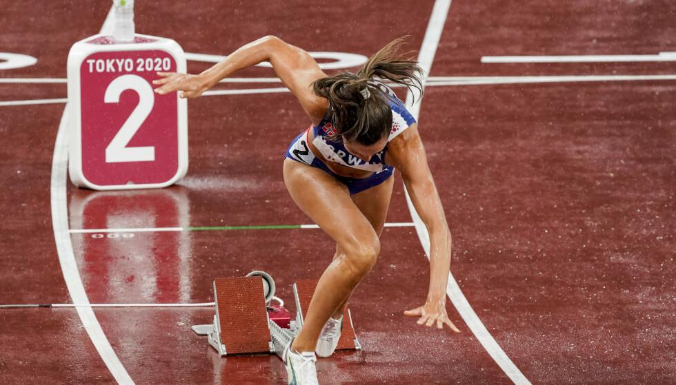 TYVSTART: Amalie Iuel under 400m hekk for kvinner på Olympic Stadion i Tokyo. Foto: NTB