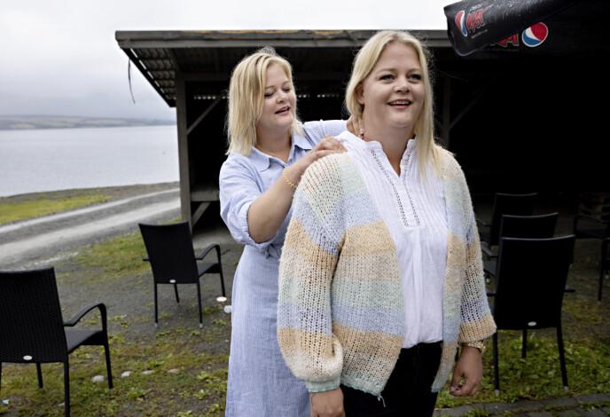 FORBEREDELSER: Trine og Trude gjør siste forberedelser før de skal konkurrere i å sette opp et IKEA-nattbord. Foto: Kristian Ridder-Nielsen/ Dagbladet