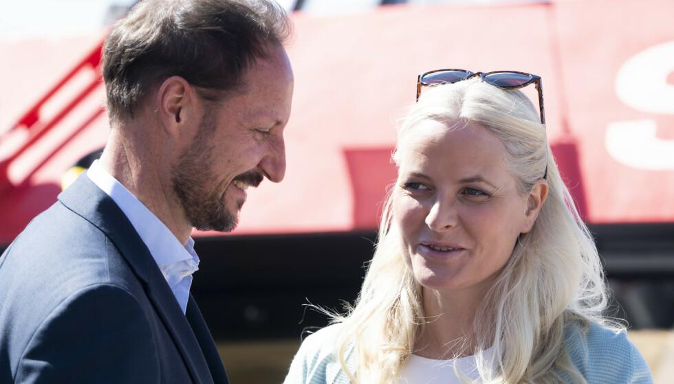 20 ÅR: Kronprinsparet har denne måneden vært gift i 20 år. Nå avslører kronprinsen hva han falt for ved Mette-Marit: Foto: Terje Pedersen / NTB