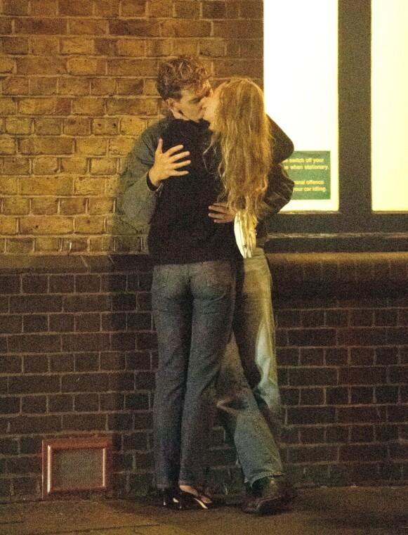 ROMANSE: Det så ut til å være søt musikk mellom Lily-Rose Depp og Austin Butler. Foto: Tops / Backgrid UK / NTB