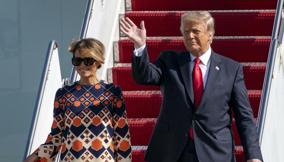 SVARER: Bråket rundt Melania Trump har blusset opp igjen. Nå svarer hun. Her med ektemannen Donald Trump i januar. Foto: AP/NTB