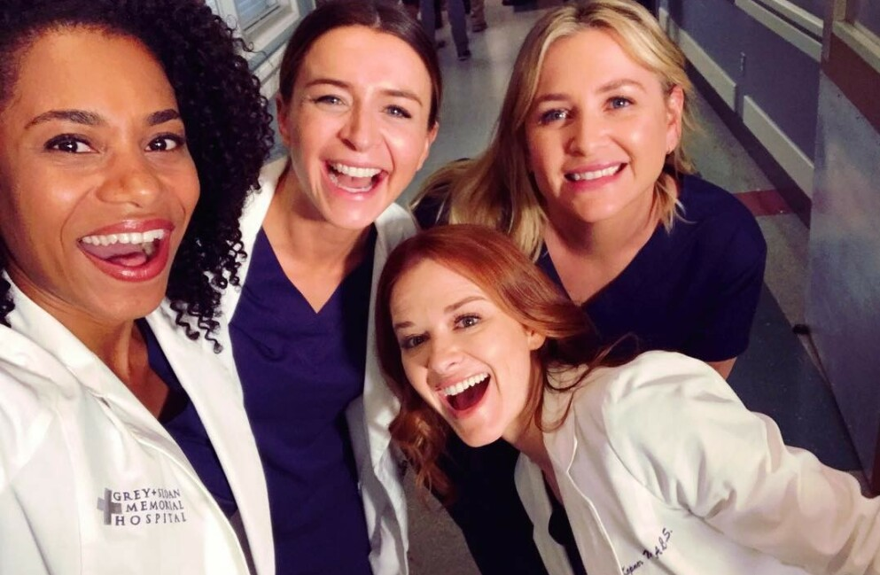 GRAVID: Skuespiller Kelly McCreary (ytterst t.v.) røper gladmelding til fansen. Her med flere «Grey's Anatomy»-kolleger. Foto: Skjermdump fra Instagram