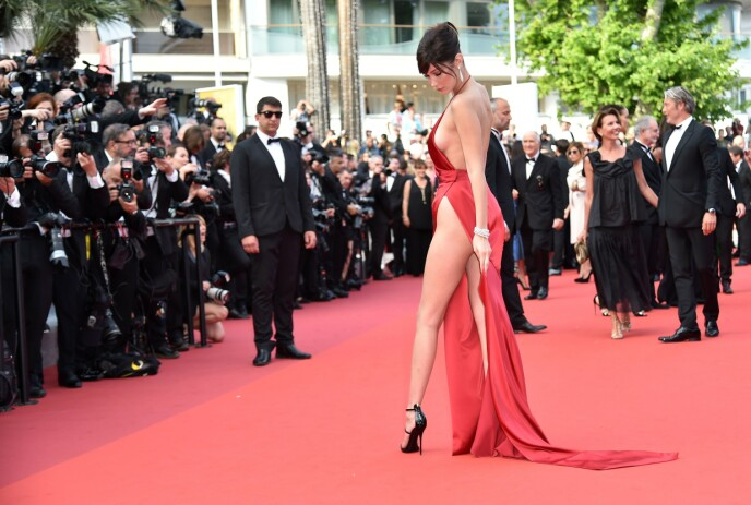 Long split: Bella Hadid maneuvered in this costume is not without challenges.  Photo: Alberto Pissoli / AFP / NTB