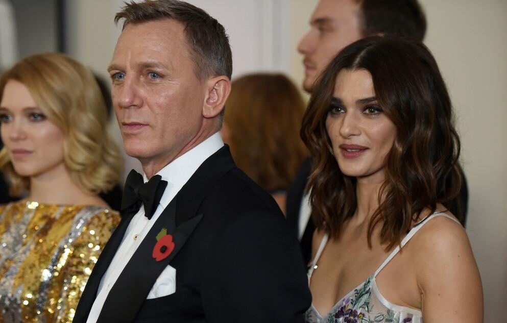 FORMUE: Skuespiller Daniel Craig ønsker å kvitte seg med formuen innen han dør. Her med kona Rachel Weisz (t.h.) i 2015. Foto: Alan Davidson/ REX/ NTB