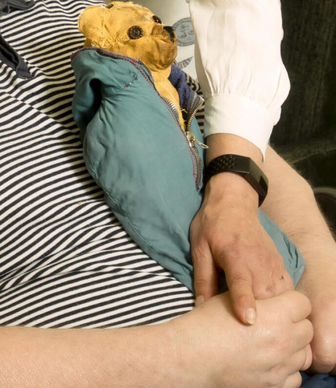 TROFAST TRØST: Magne føler seg trygg når han har kosebamsen fra barndommen på fanget. De to skal slå følge i kisten den dagen livet tar slutt. Foto: Svend Aage Madsen / Se og Hør