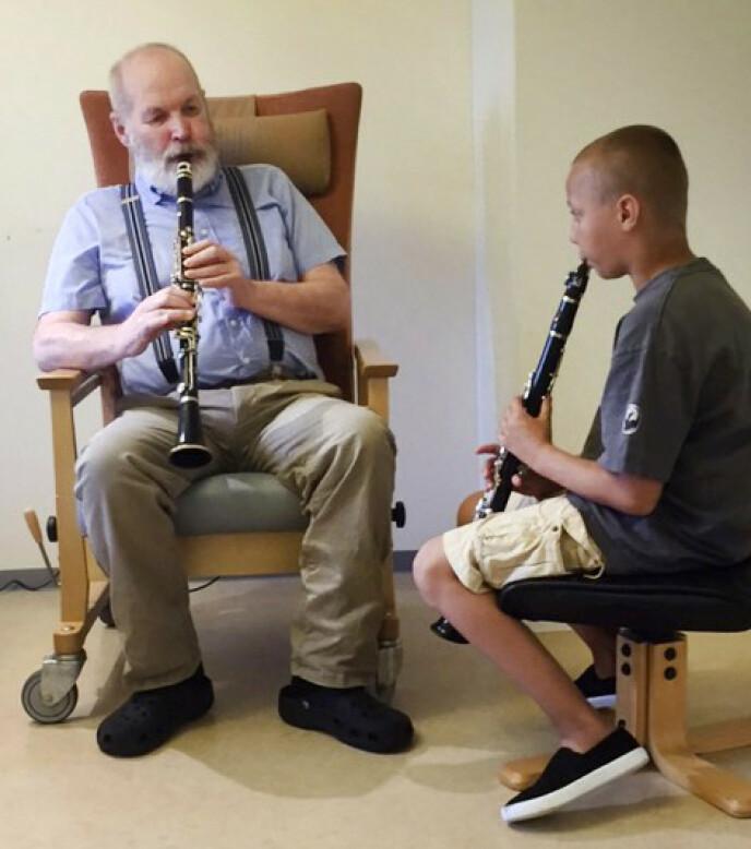 MUSIKALSK: Magne var i alle år en dyktig og aktiv musiker. Her spiller han klarinett sammen med barnebarnet Wiebe. Datteren Kristine Kroder Schille er fotograf, og har siden 2010 tatt bilder av sin far. Foto: Privat