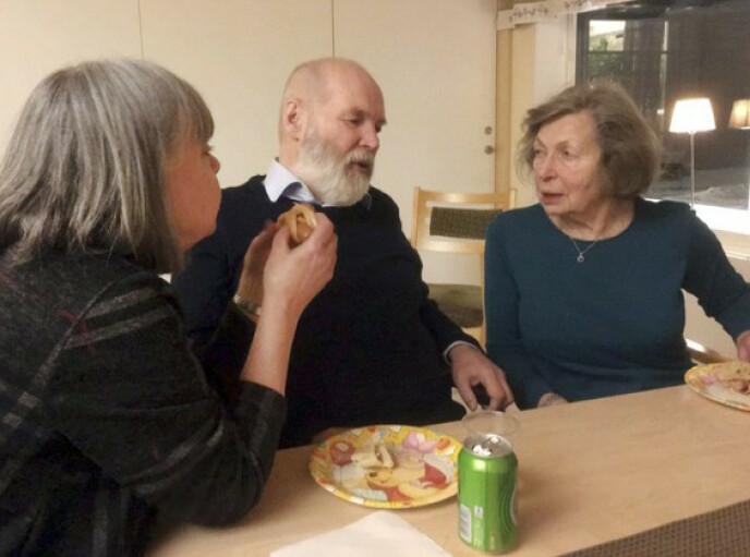 OMSORG: Nanne besøker Magne to-tre ganger i uken. De andre dagene kommer hans mor Marie på besøk. Foto: Privat