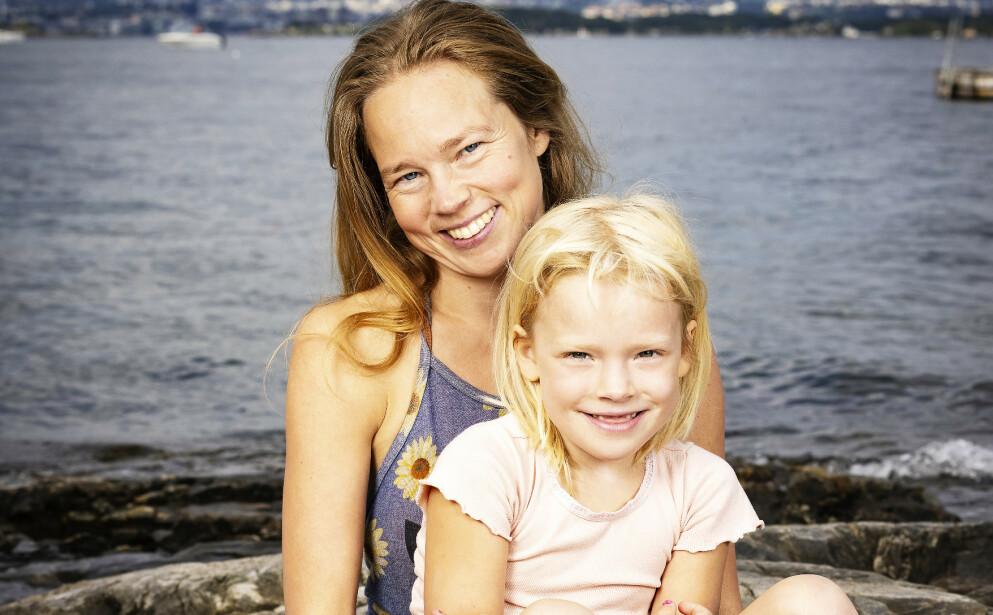 BADEGLEDE: - Jeg ønsker å være en god mamma for Sigrid i mange år fremover, sier Åsta. Hun og den seks år gamle datteren elsker å være på badestranden på Nesodden. Foto: Tor Lindseth / Se og Hør