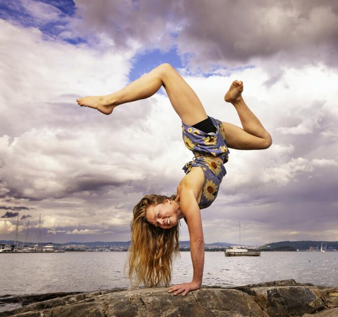 VELTRENT: Sunn livsstil og alternative behandlinger gjør at Åsta føler seg mer kraftfull enn noen gang. Noe hun gjerne viser ved å stå på hendene i strandkanten. Foto: Tor Lindseth / Se og Hør