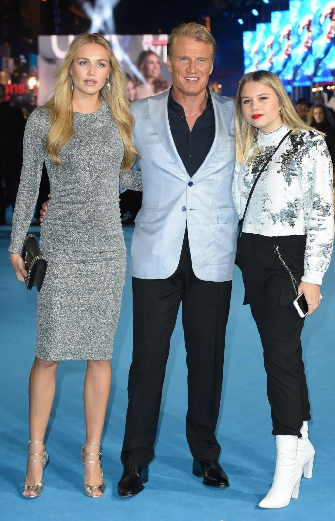 STOLT FAR: Dolph Lundgren under premieren på «Aquaman» i 2018, flankert av sine to døtre. Foto: Anthony Harvey / AFP / NTB