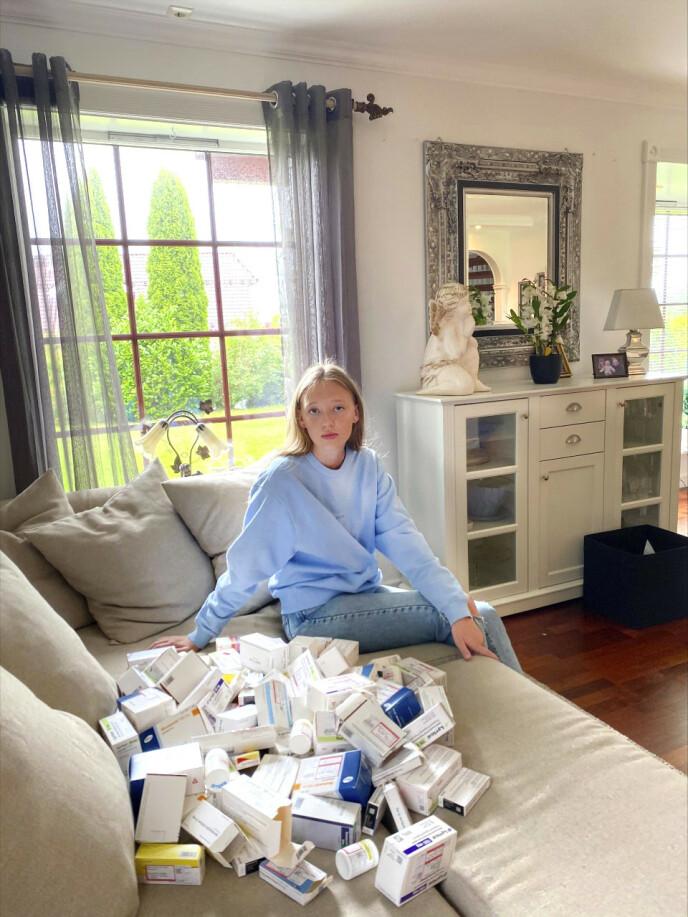 MYE MEDISINER: Emma har tatt vare på eskene til medisinene hun har spist de tre siste årene. Det er enorme mengder med smertestillende. Foto: Privat