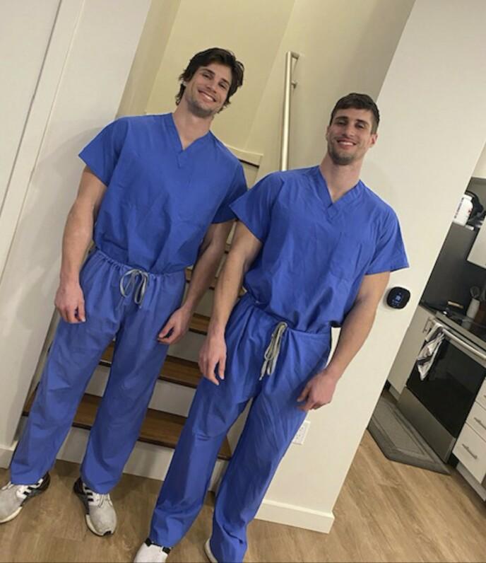 SYKEPLEIERE: Begge tvillingguttene er sykepleiere. Foto: Caters