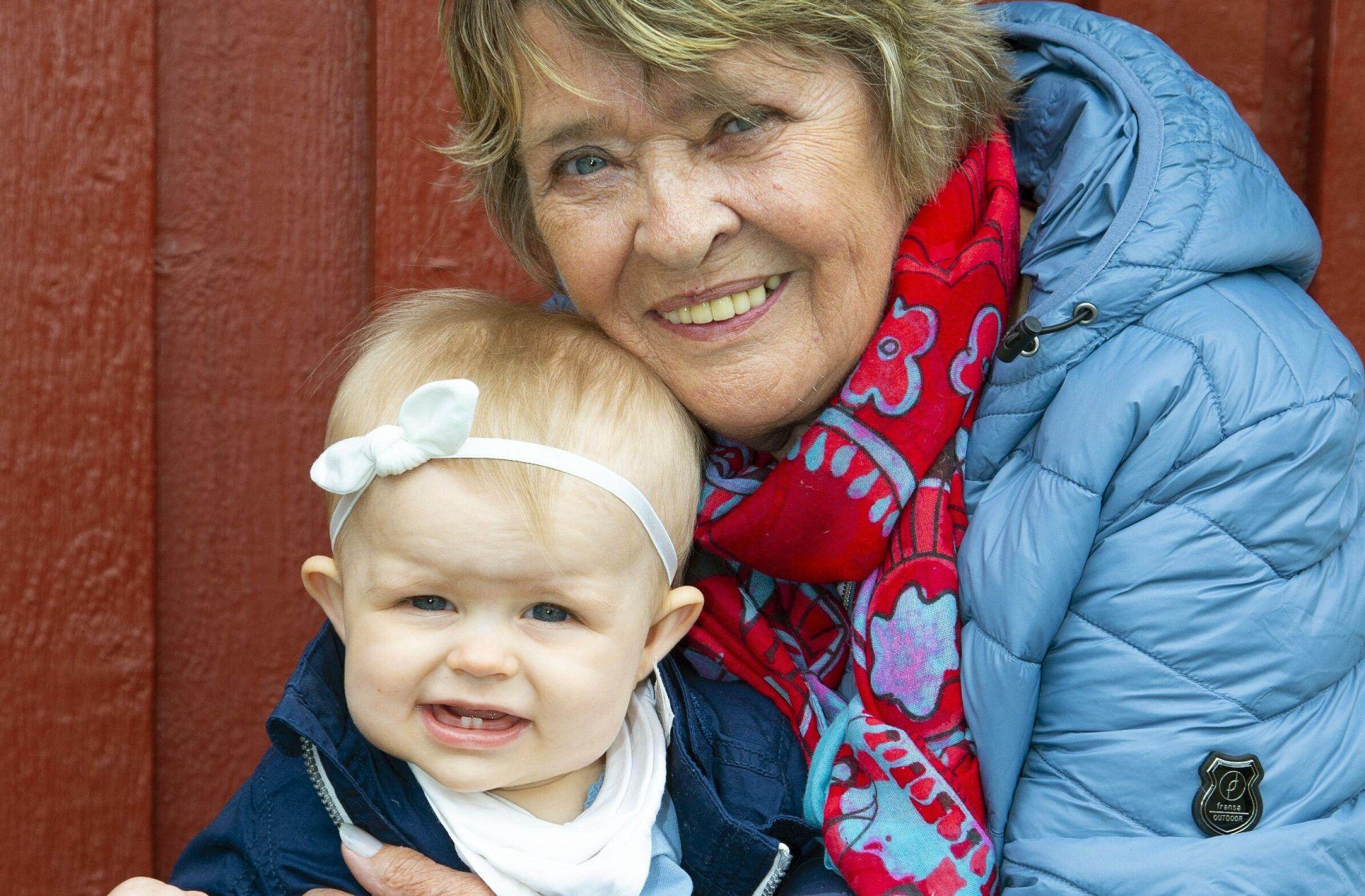 ALVORLIG SYK: Kirsti Sparboe kunne i år glede seg over å bli oldemor, men ting gikk ikke helt som planlagt. Lille Isabelle ble alvorlig syk etter fødselen. I Sverige satt en oldemor i uvisshet. FOTO: Tor Kvello