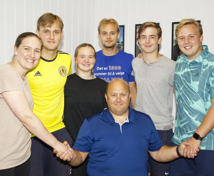 KJEMPER SAMMEN: Her er Jan Runar sammen med kona Marion, og parets fem barn Benjamin (18), Thea (16), Alexander (24), Runar (14) og Christoffer (21). Foto: Svend Aage Madsen / Se og Hør