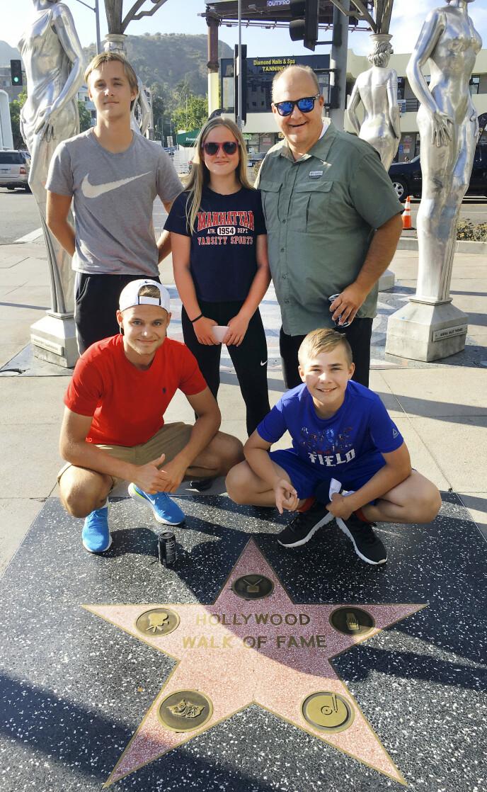 I HOLLYWOOD: Jan Runar gledet seg over å oppleve vestkysten av USA med kona og barn i 2019. Her er de på Walk of Fame i Los Angeles. Foto: Privat