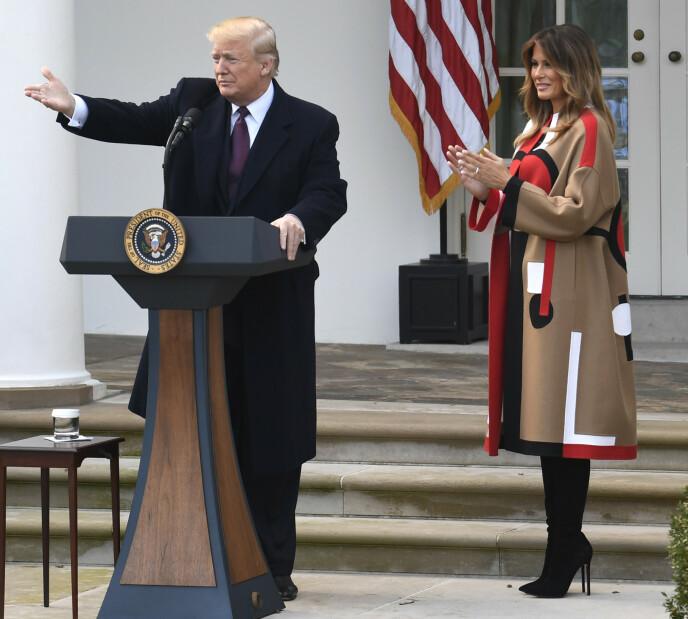 I BAKGRUNNEN: Slik vi er vant til å se Melania Trump, i bakgrunnen mens ektemannen holder appell for velgerne sine. Foto: Shutterstock Editorial / NTB