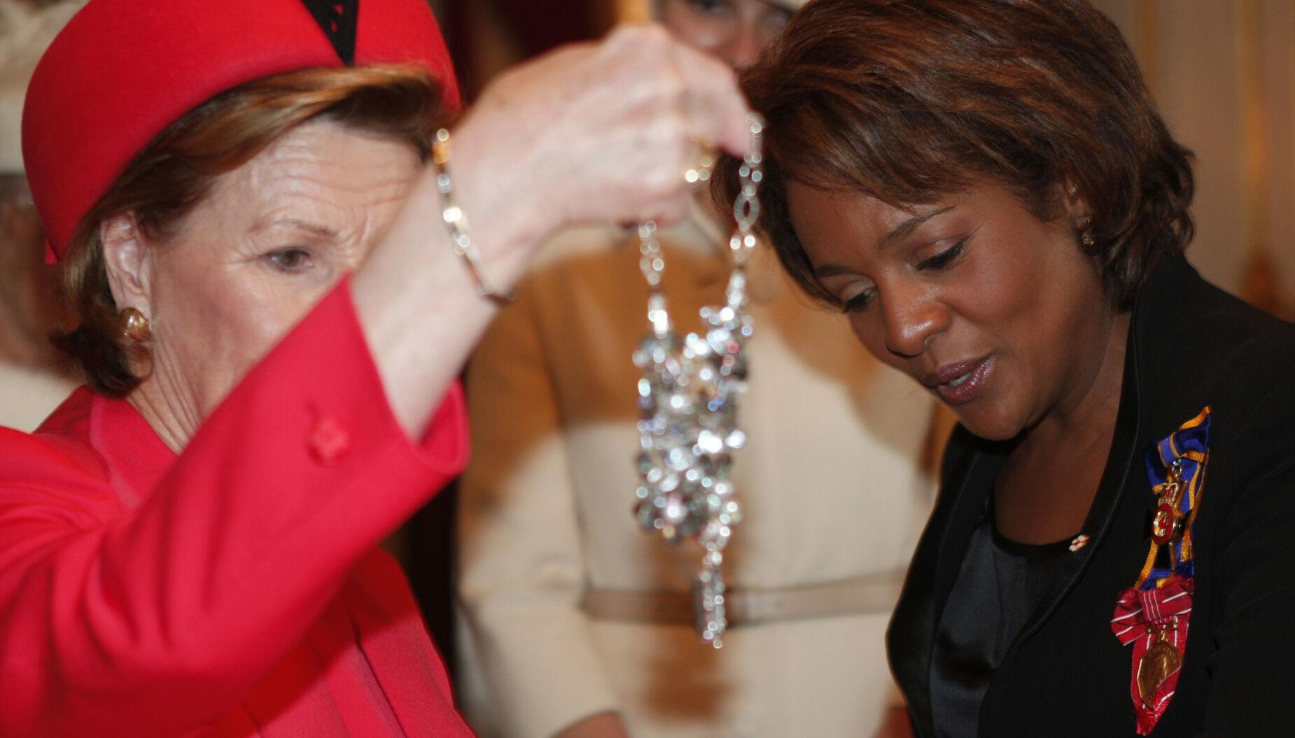 SMYKKER: Det spares sjelden på noe når de kongelige overøses med gaver fra ambassader og fremmede makter. Her ser vi dronning Sonja studere et glitrende smykke hun fikk i gave forbindelse med et statsbesøk. Til høyre tidligere generalguvernør Michaelle Jean i Canada. Foto: NTB.