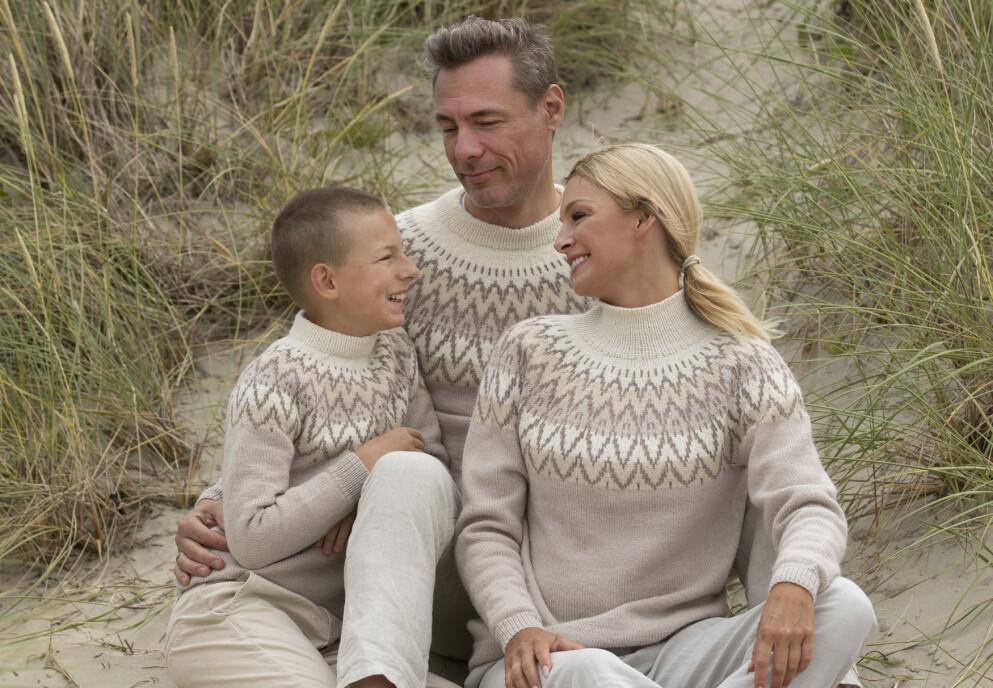 KATHRINE SØRLAND: Modellen og TV-profilen har i samarbeidet med Viking garn laget sin egen strikkekolleksjon. Med seg på laget har hun fått sønnen Leon og ektemannen Andreas Holck. Foto: Arild Hjelm / Studio Hjelm