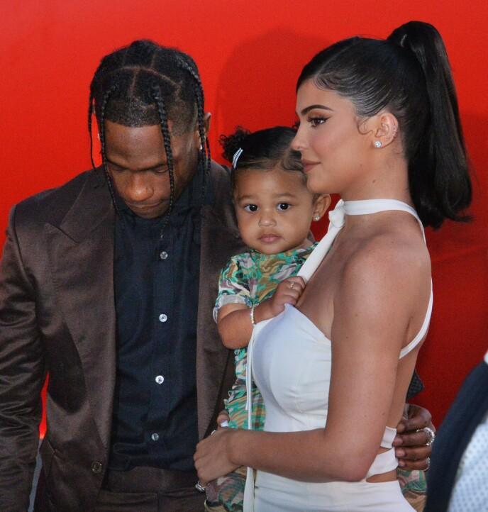 FORELDRE: Kylie Jenner og Travis Scott har datteren Stormi (3) sammen, og venter nå sitt andre barn. Her er familien fotografert i 2019. Foto: NTB