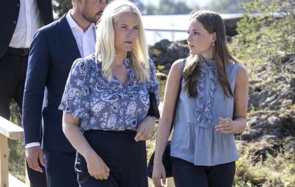 SOMMERENS TILBEHØR: Prinsessen har brukt morens ring ved flere anledninger i sommer, deriblant på bildet som ble lagt ut på kronprinsessens Instagram-konto på kronprinsens bursdag. Foto: Andreas Fadum / Se og Hør