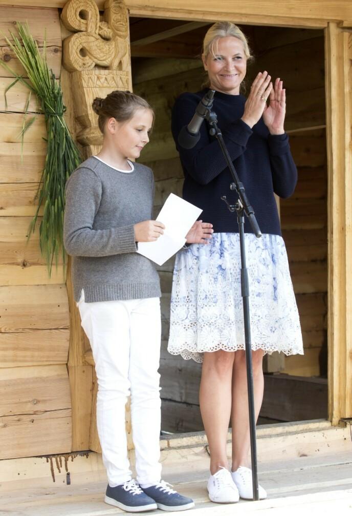 ØYE FOR DETALJER: Kronprinsesse Mette-Marit liker trendy tilbehør, og dukket opp med denne øyeformede ringen under et besøk på Stiklestad i 2015. Foto: Andreas Fadum / Se og Hør