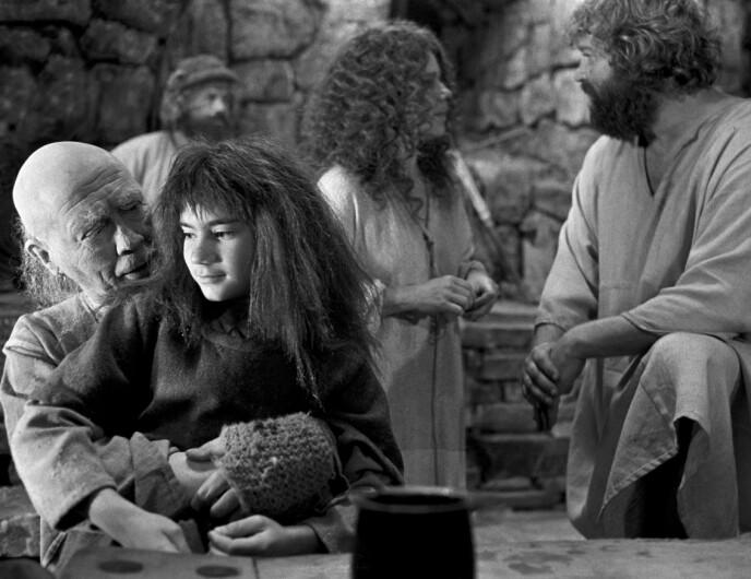 FOLKEKJÆR: I denne scenen sitter den unge skuespilleren på fanget til Skalle-Per, som ble spilt av Allan Edwall. Foto: Henrik Laurvik / NTB