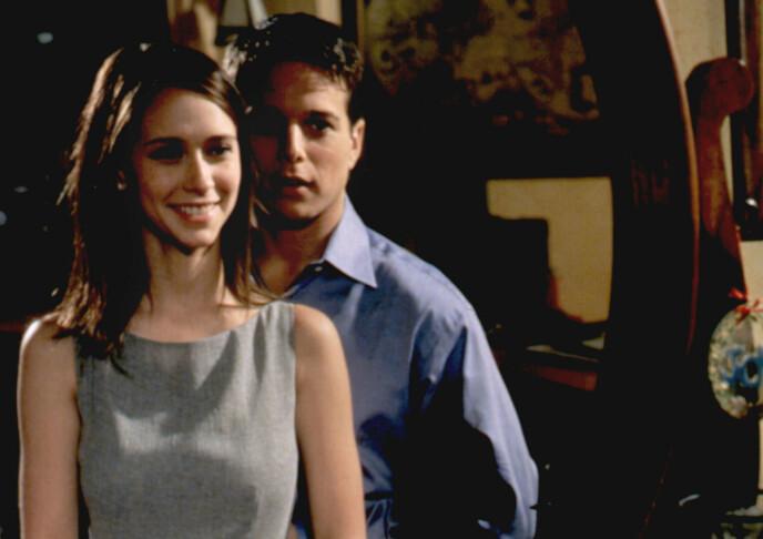 """GJENNOMBRUDD: Jennifer Love Hewitt fikk sitt store gjennombrudd i rollen som Sarah Reeves Merrin i dramaserien """"Party Of Five"""" som gikk fra 1995 til 1999. Her med hovedrolleinnehaveren og tv-kjæresten Scott Wolf. Foto: Moviestore/REX/NTB"""