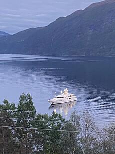IØYENFALLENDE: Luksusyachten «Mercury» er 50 meter lang, og har en kapasitet på tolv gjester med tilsvarende antall mannskap. Her er båten avbildet utenfor Vestre i Storfjorden denne uka. Foto: Anders Johan Stavseng