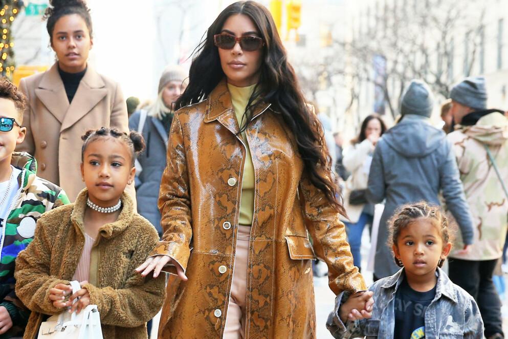 SKADET SEG: På Instagram-story deler Kim Kardashian at sønnen Saint har skadet seg. Her er hun avbildet med Saint og datteren North i 2019. Foto: Christopher Peterson / Splash News / NTB