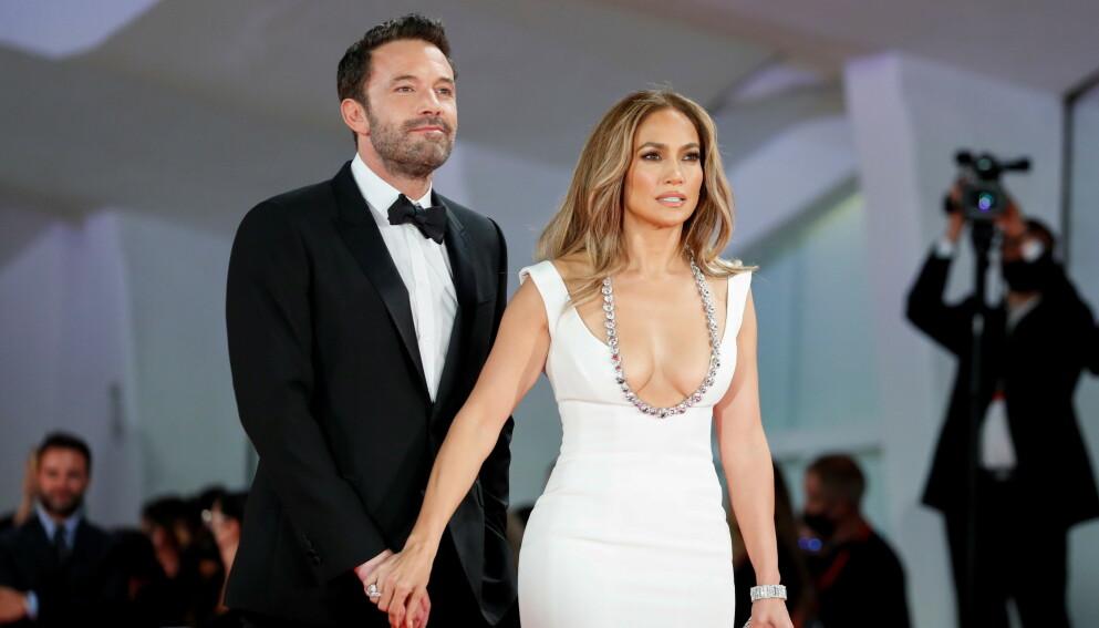 GJENFORENT: Stjerneparet Jennifer Lopez og Ben Affleck har funnet kjærligheten igjen - 18 år etter at de brøt forlovelsen. Nå viser de seg sammen på rød løper igjen. Foto: Yara Nardi / Reuters / NTB