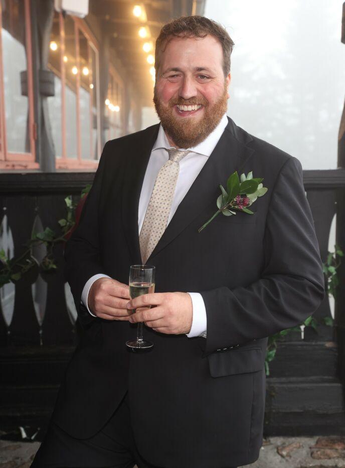 FORLOVER: Baarlis bestekompis Ronny Brede Aase er dagens forlover. Foto: Andreas Fadum / Se og Hør