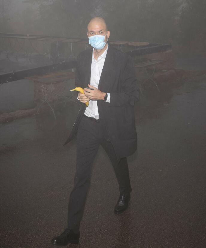 BANAN: Komiker Lars Berrum ankom festen med munnbind og banan. Det er ukjent om det blir servert mat i løpet av kvelden. Foto: Andreas Fadum / Se og Hør