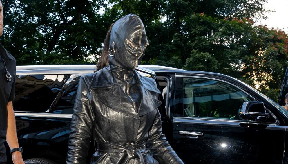 VILLE ANTREKK: Kim Kardashian har gjennom årene hatt på seg en rekke minneverdige antrekk. Dette tar imidlertid kanskje kaka. Foto: TheHapaBlonde / SplashNews / NTB