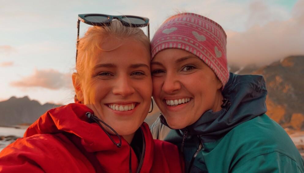 FLYTTER: Julie Visnes og Camilla Lorentzen pakker bagen og flytter om drøye to uker. Foto: Privat