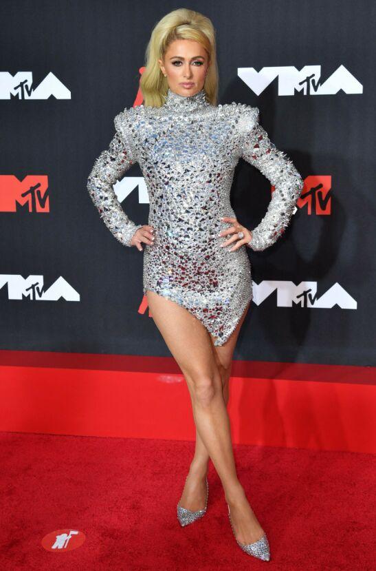GLITTER OG GLAM: Paris Hilton i en lårkort paljettkjole. Foto: Angela Weiss/AFP/NTB