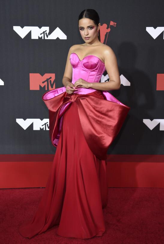 UTEN TYPEN: Camila Cabello kom på den røde løperen uten kjendiskjæresten. Foto: Evan Agostini/Invision/AP/NTB