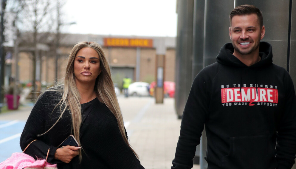 BRÅTT SLUTT: Den britiske tabloidavisen The Sun skriver at det er over mellom Katie Price og Carl Woods. Foto: Splash News / NTB