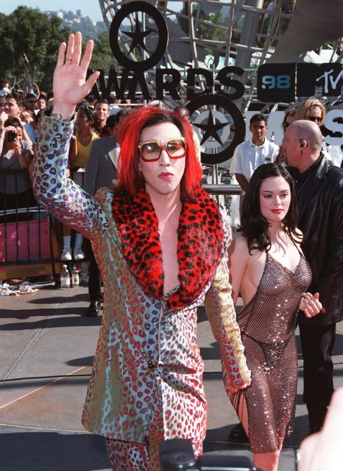 FØRST UT: Megan Fox' antrekk var muligens inspirert av «nakenkjolen» Rose McGowan var iført da hun dukket opp på MTV VMAs sammen med Marilyn Manson i 1998. Foto: Bei/ REX/ NTB
