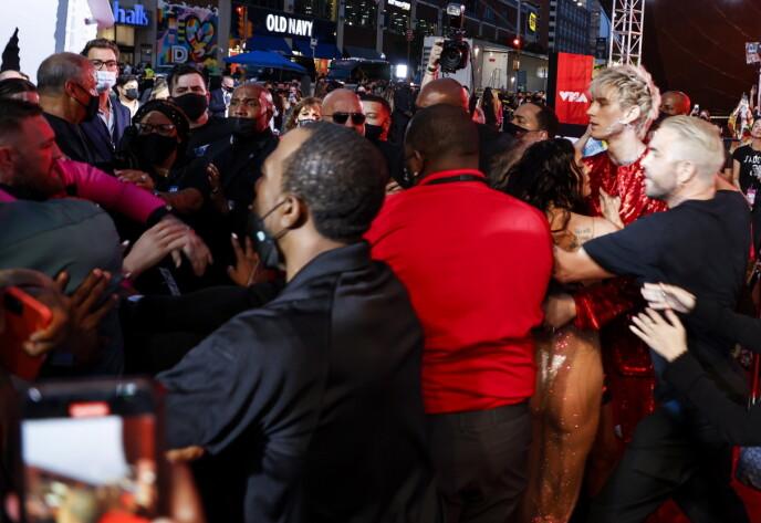 HUFF DA: Festkledde Megan Fox og Machine Gun Kelly (t.h.) havnet i indirekte håndgemeng med Conor McGregor på VMAs-løperen. Foto: Jason Szenes/ EPA/ NTB
