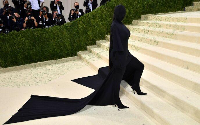 HELSVART: Fra topp til tå var Kim Kardashian dekket i svart. Foto: Angela Weiss / AFP / NTB
