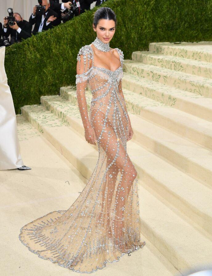 GJENNOMSIKTIG: Supermodell Kendall Jenner bar en kjole som overlot lite til fantasien. Foto: Angela Weiss / AFP / NTB